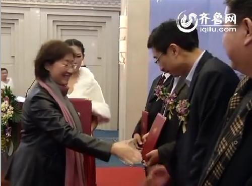 王英为/山东广播电视台副总编辑王英为齐鲁网财经频道特邀记者颁发聘书