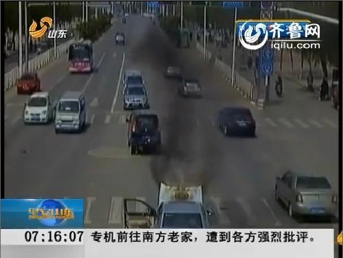 菏泽:司机开车走神追尾 15万元轿车着火变废铁