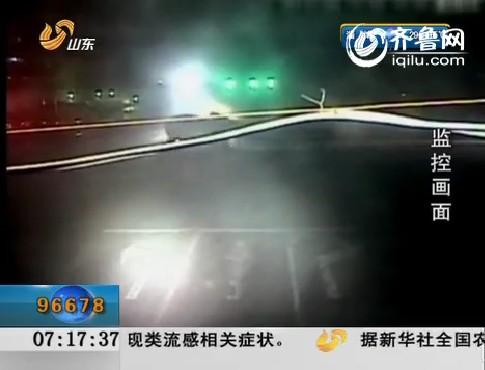德州:货车闯红灯 撞上半挂车