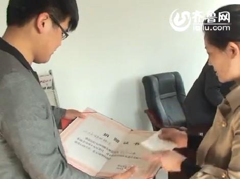 齐鲁网临沂分站记者向临沂红十字会转交捐款