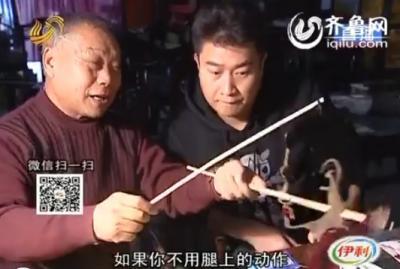 泰安:鄢磊拜师泰山艺人 学皮影有模有样