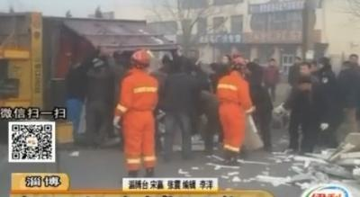 淄博:货车侧翻私家车被压 众人合力救出女司机