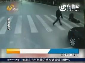 独行老人:路口两次摔倒 两次被人扶起