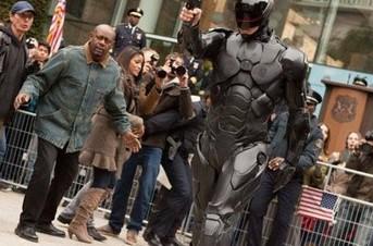 《机械战警》美国街头惊现暴力执法 摩托车追逐战抢眼球