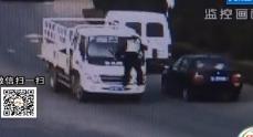潍坊:酒驾司机顶着协警开了车