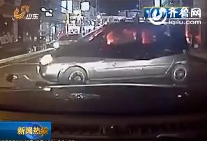 实拍男子深夜碰瓷遭女司机开车直接轧过