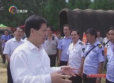 秦光荣在会泽县纸厂乡检查受灾群众安置工作时要求 我们多辛苦一点 让群众过好一点