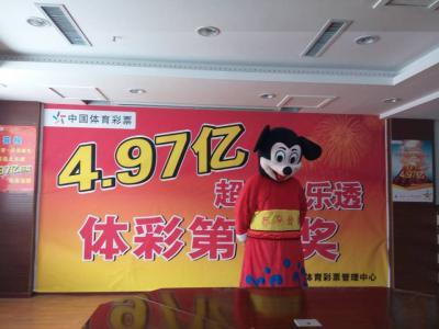 视频:体彩4.97亿大奖得主扮米老鼠现身 现场捐2000万