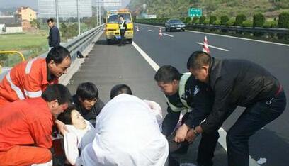 女乘客高速内急 丈夫抢司机方向盘
