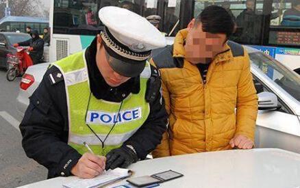 司机违法怕记分 竟然一口吞掉驾驶证