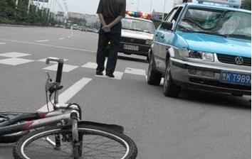 监控实拍轿车撞飞路人 司机无证驾车闯下大祸