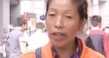 """男子扔垃圾打环卫工耳光 环卫工获千元""""委屈奖"""""""