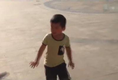 实拍4岁小朋友和大妈共跳广场舞 姿势竟如此销魂