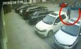 司机花10分钟从车位倒出 刮擦邻车15次