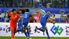 舜天任意球埃雷尔森门前头球攻门  皮球擦着门柱打入远角2-0