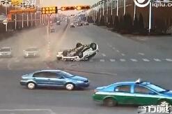 实拍德州一越野车闯红灯被撞翻 女司机穿10公分高跟鞋