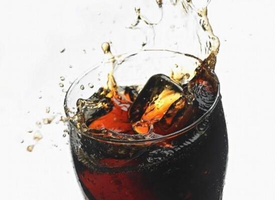 """常喝可乐""""不可乐"""" 易得骨质疏松等老年病"""