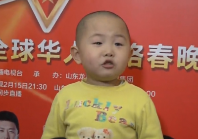 2015年全球华人网络春晚萌娃来袭 张俊豪成最小主持