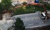 广州:路面塌陷现大坑 占双向车道交通受阻
