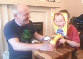 怪咖爷爷给孙子买了新玩具!坑娃啊!