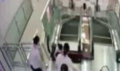 生命最后的托举!湖北荆州女子为救幼子被绞入商场手扶电梯身亡