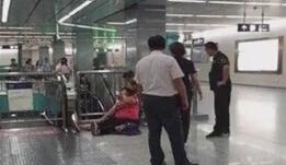 北京地铁四号线扶梯突停致乘客受伤
