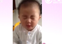 辣妈萌宝秀:宝宝吃柠檬被酸到,看一次笑一次!哈哈哈