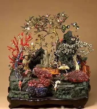 """""""此桃树盆景即寓诗中""""九重春色""""之意,表现春光明媚,欣欣向荣的太平"""