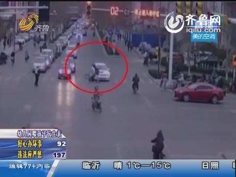 潍坊:无牌白色比亚迪逆行撞倒学生