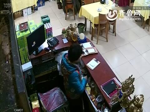德州俩男子专偷饭店客人分工明确:一人扒窃一人接应