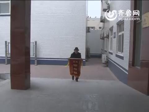 齐河:独居老人深夜中毒不醒 民警如同子女亲情服务