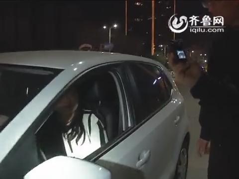 """济宁:""""剽悍""""女司机闹市酒驾 与交警不停喝饮料"""