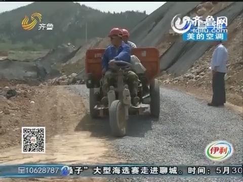 济南:三轮车翻了 乘车人受伤