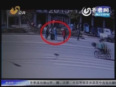 湖北:遭遇车祸瞬间 女教师推开学生