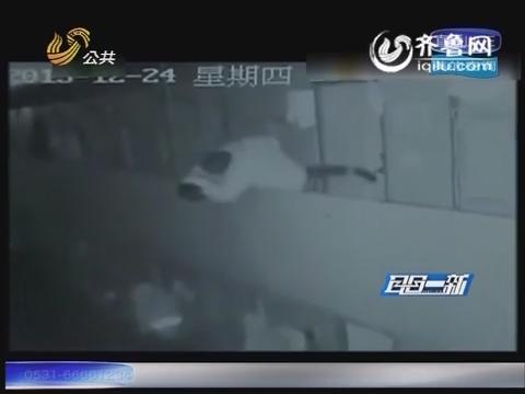 杭州:两人为小事斗嘴打架 保安动手将工人扔下楼