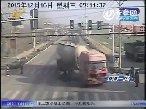安徽:大货车躲避闯红灯电动车 撞毁六间民房