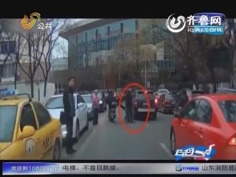 江苏南京:骑电动车男子踹倒路人 行车记录仪记录全过程